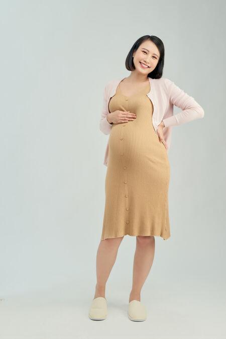 浅背景的孕妇