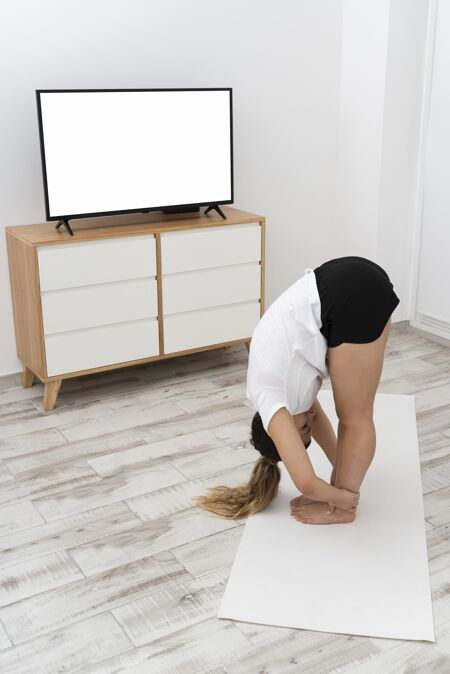 运动型女人在家做瑜伽