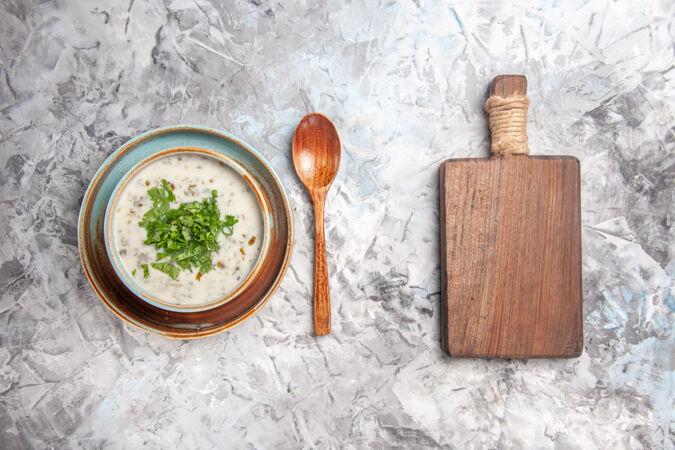 俯瞰美味的dovga酸奶汤与绿色的白色餐桌牛奶汤菜乳制品