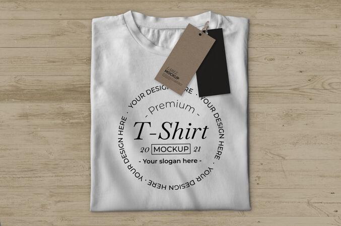 带标签的白色t恤