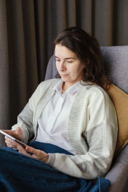女人在家拿着平板电脑