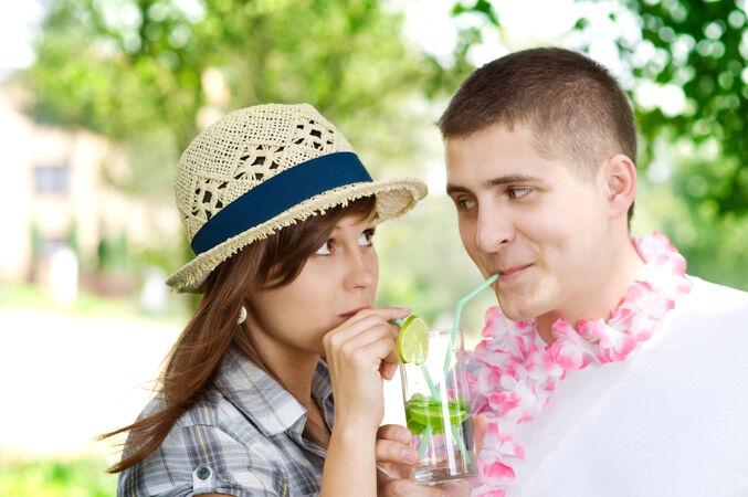 可爱的夫妇喝着莫吉托椰子酱