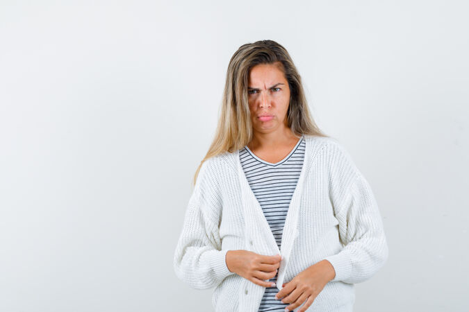 美女在看的画像?穿着夹克的艾美拉 看着不开心的前景色