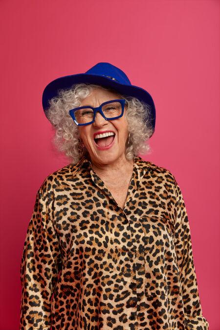 幸福满脸皱纹的时尚老奶奶的特写写真