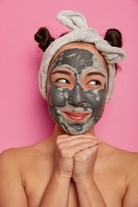 年轻女子洗澡后戴天然面膜护肤