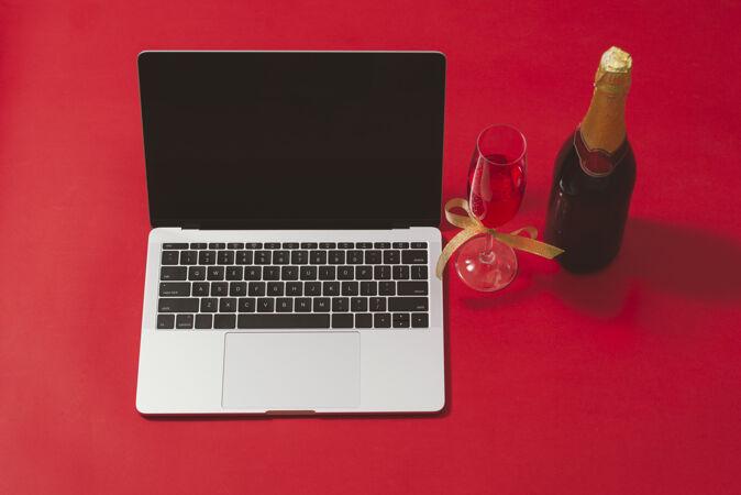 平放 顶视图办公桌红色表面上有笔记本电脑和圣诞装饰品的工作区
